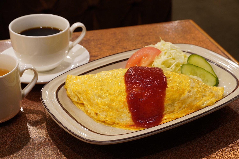 ケチャップ味のオムライス。スープとドリンクが付いて910円。コーヒーか紅茶が選べる。