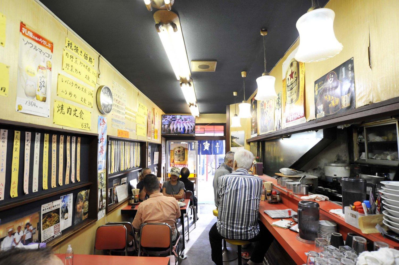 この店では昼飲みは普通。料理をつまみ、店主と話し、テレビを観ながら、思い思いの時を過ごしている。