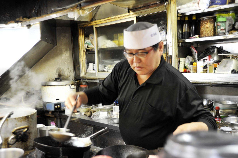 一人で調理を担当する清水宏悦さん。