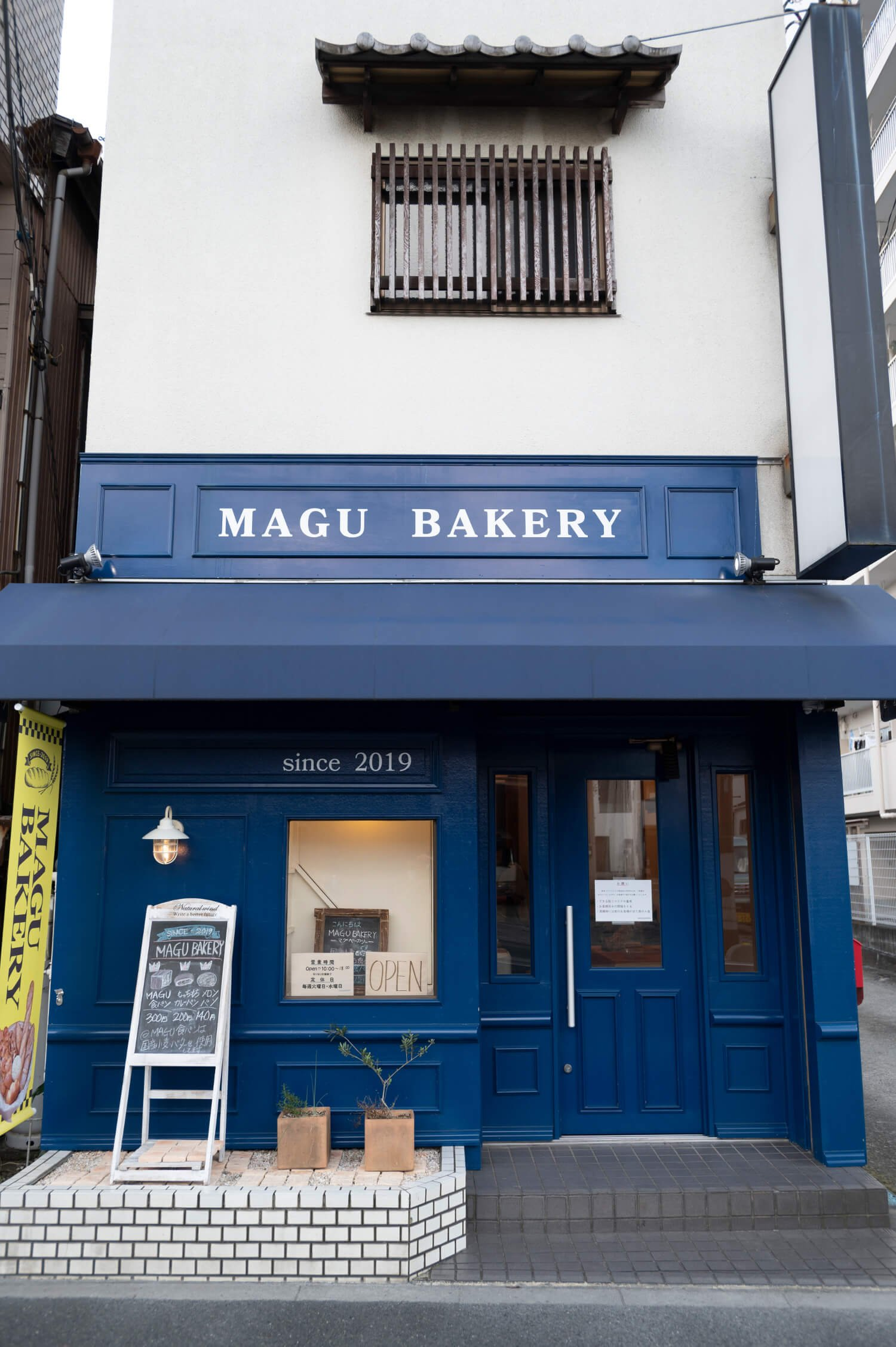 濃いブルーが目を引く、パリの店をイメージした外観。