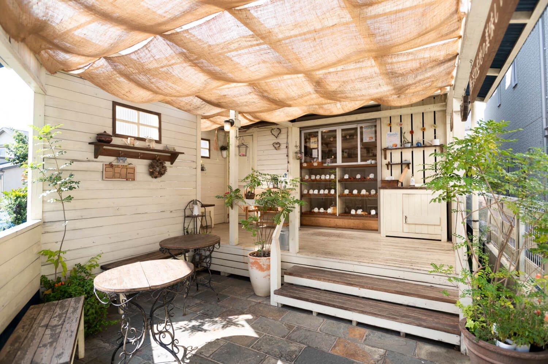 店先は屋根付きのテラス席。イートイン可で飲み物も販売。