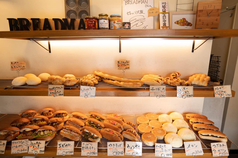 小さな売り場に所狭しと並ぶパン。