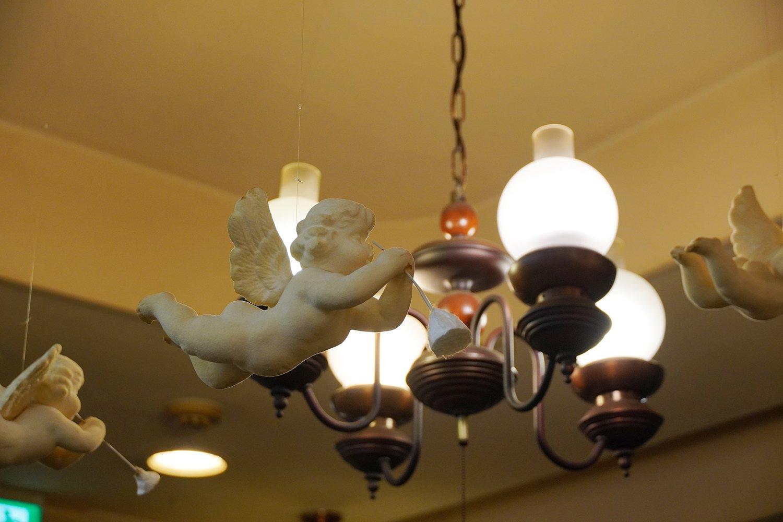 天井から吊るされた天使のオーナメントがゆらゆら。