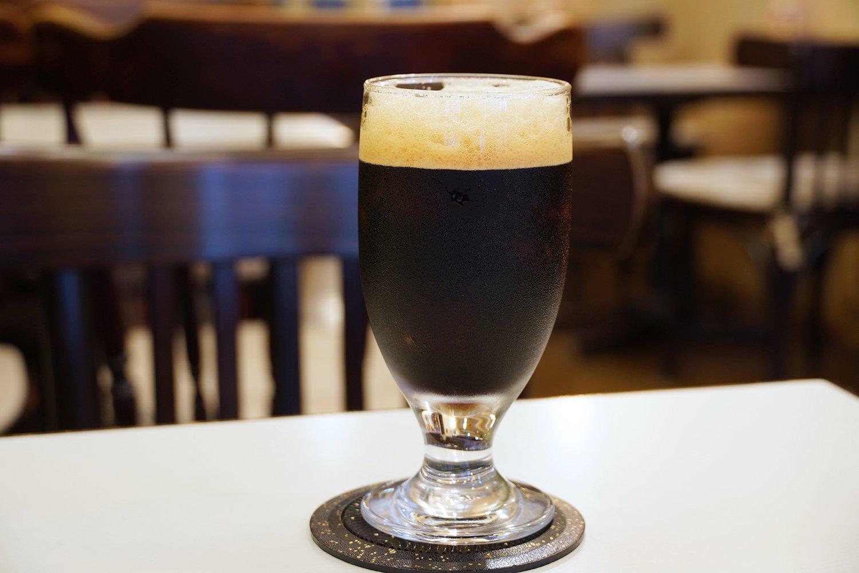 アイスコーヒー480円。ガムシロ抜きの場合はシェイクしないので泡立たない。