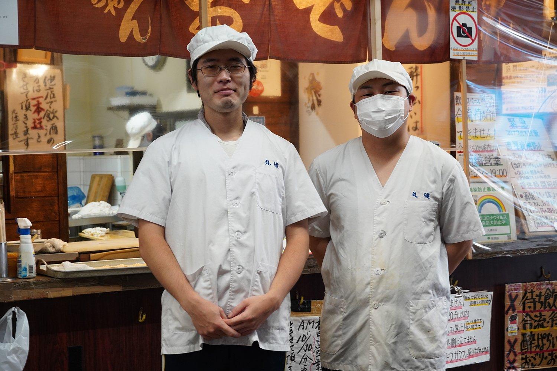 右が店長の高塚さん、左はスタッフの追川さん。