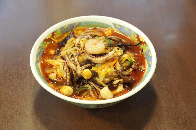 北京風チャンポン麺825円は、大きめにカットした具がたっぷり入って、食べごたえがある。