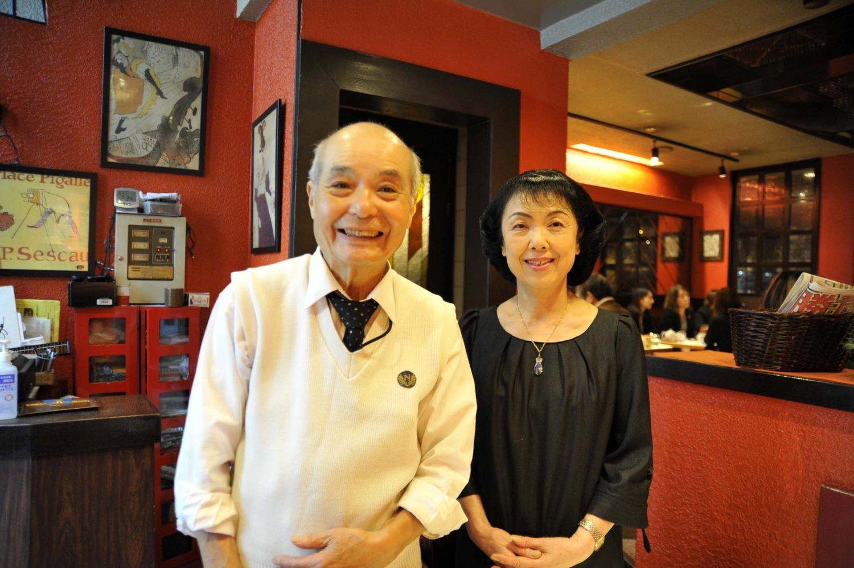 オーナー夫妻。指田宏明さんはホール、指田郁代さんは厨房を担当する。