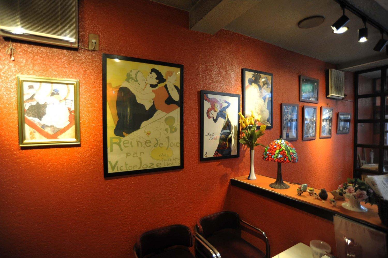 ロートレックの作品を飾った店内でコーヒーを楽しめば、しばしパリ気分。