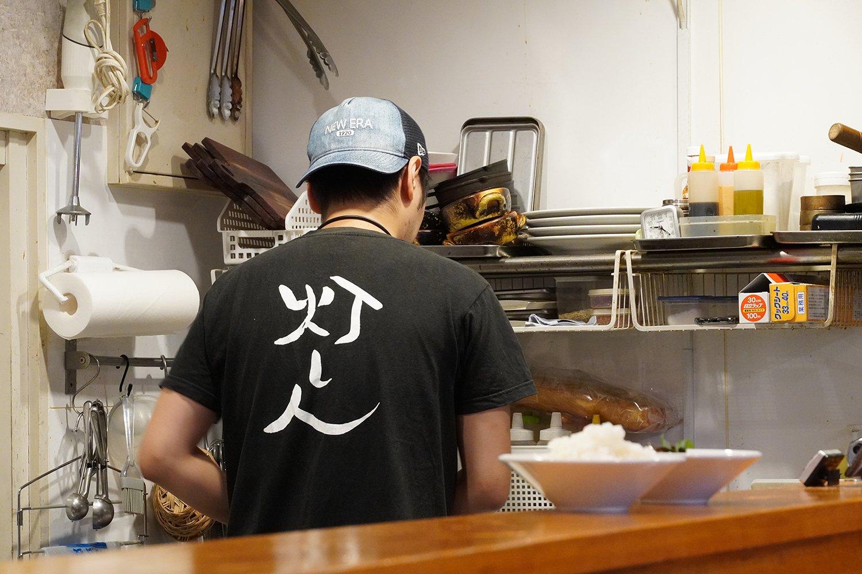 スタッフのTシャツにも「灯」の文字が。
