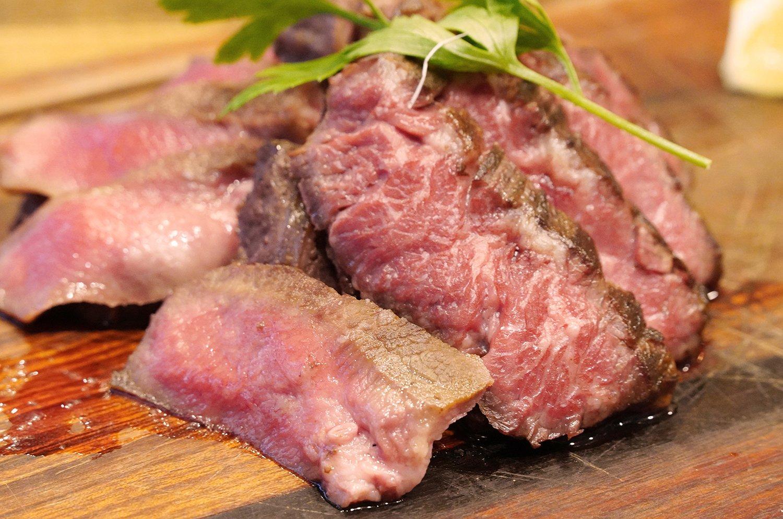 牛肉のステーキ2種盛り合わせ1620円。左の小さめなのがタン、サシの入った右側がハラミ。