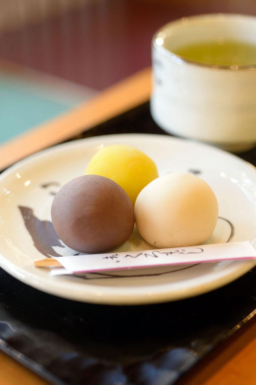 店内でお茶付き皿盛り(3個)720円。6個入り1380円。消費期限1日。