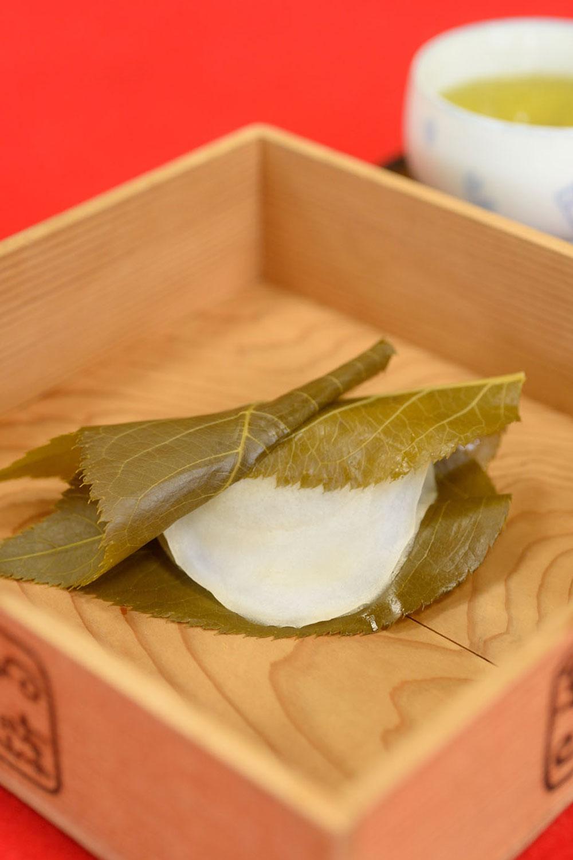 店内でお茶付き。長命寺桜もち1個350円(17時まで)。5個入り1300円。消費期限当日。