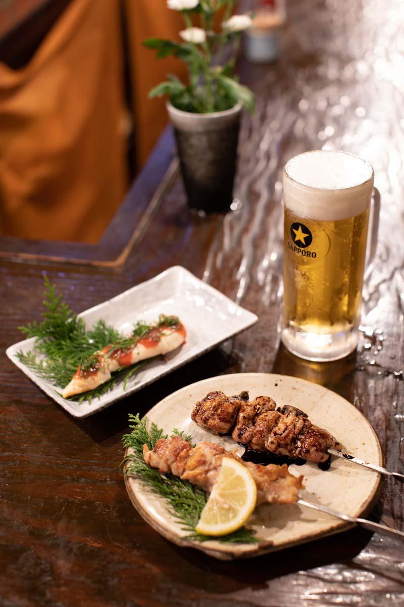 ササミ梅肉400円と焼き鳥(大串)のタレと特製のシオ(1本280円)、生ビール600円。