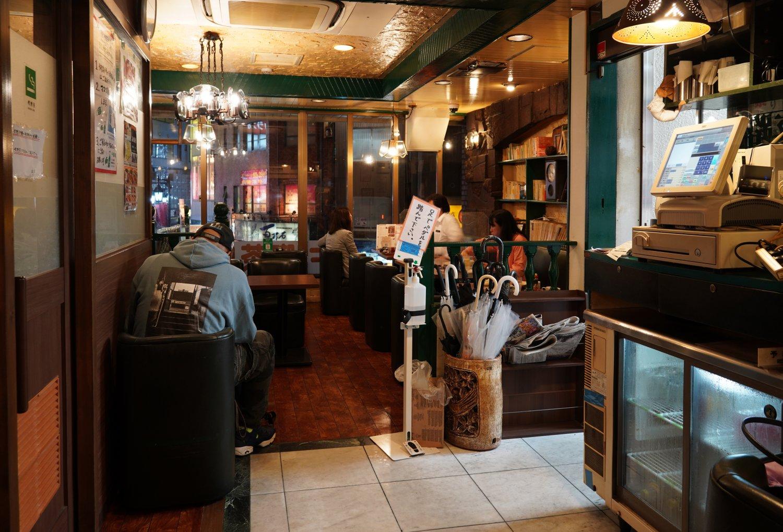 独立した席が多くゆったりした店内。喫煙は喫煙ボックス内へ。