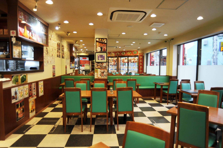 1・2階ともゆったり配置されたテーブル席が中心で、2階には個室の座敷席もある。