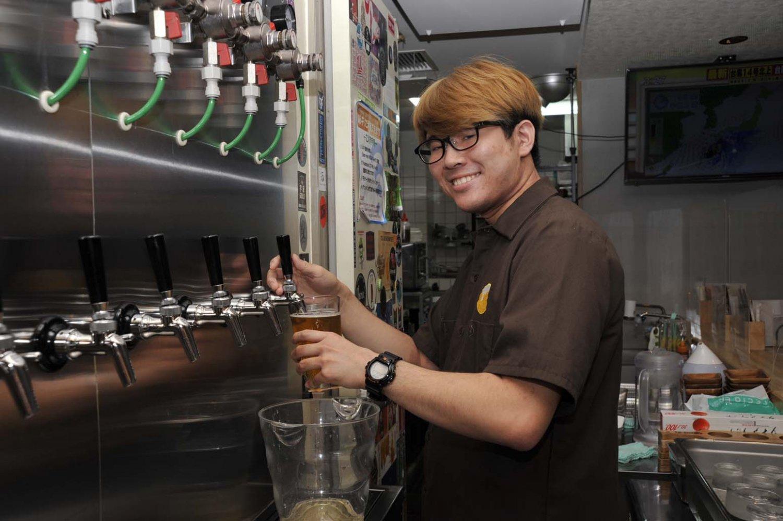 「クラフトビールのお好みを伝えてくれれば、私たちでピックアップします」とスタッフの横山新さん。