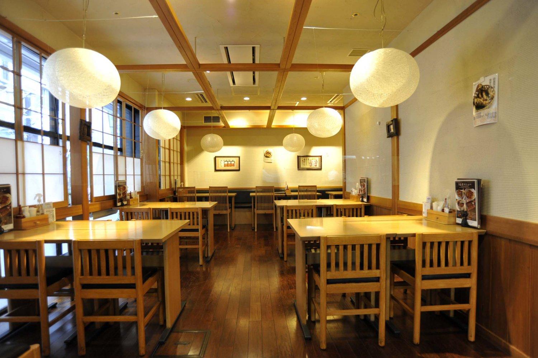 飲食店が連なる蒲田東急プラザ別館の1階にあり、純和風の意匠を施した店内は、京風の雅さえ感じさせる上品な造りだ。