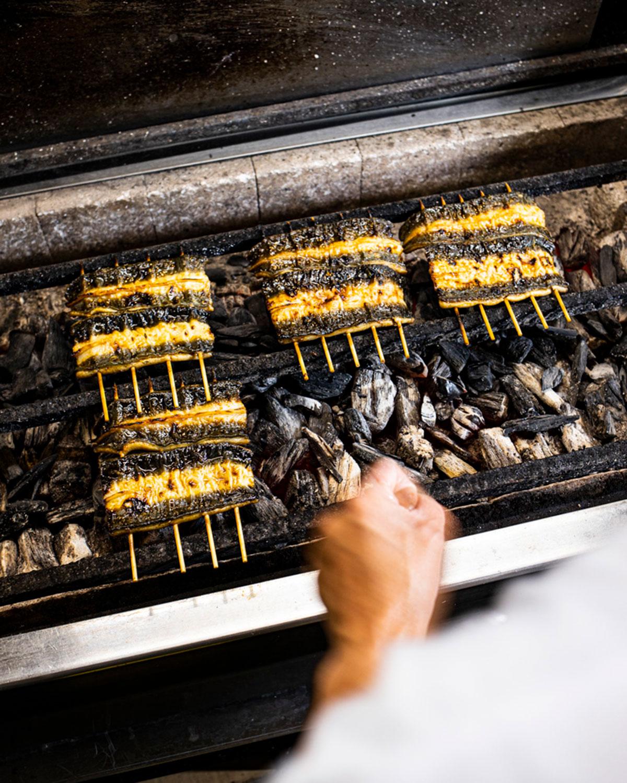 広い厨房と大きな焼き場で、手際よく焼き上げる様子を目の前で見られる臨場感は格別だ。