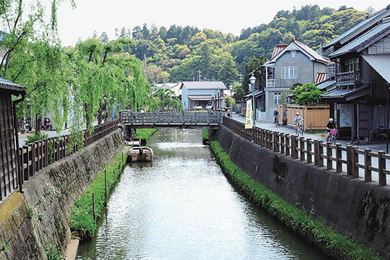 忠敬橋の上流部に樋橋。じゃあじゃあ橋とも呼ばれ、もとは水田に送る用水樋。現在は観光用の橋でときどき落水させている。