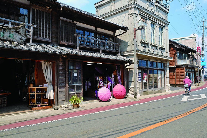 香取街道沿いにも古い建物が建つ。右の看板建築は『蜷川家具店』、築年代は昭和初期とか。