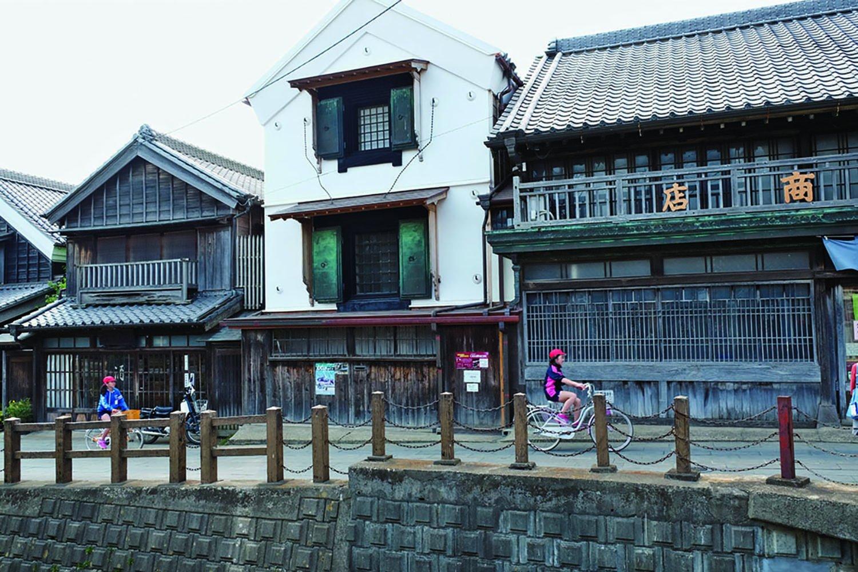 忠敬橋付近。右の角に立つ家が『中村屋商店』で、江戸時代末期の建築。