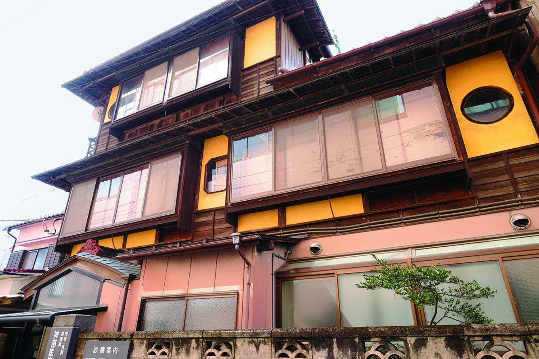 木造3階建ての風情ある旅館? ではなくて今も現役の神部医院の建物。戦後の建築で元は料亭だったとか。納得だ。