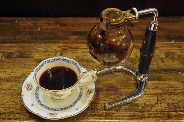 テーブルでカップに注がれるブレンド珈琲500円。ジャンボアイスコーヒーは750円。