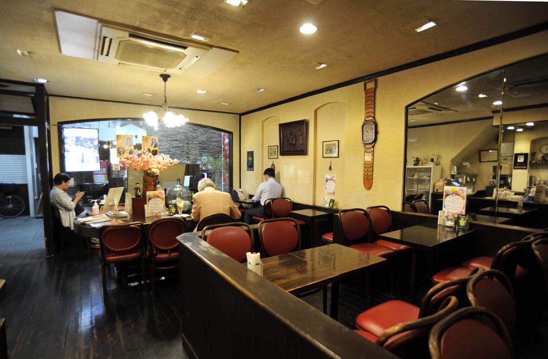 ガラス窓がある商店街側は1〜2人用席、奥がグループ席。店内は喫煙可というのも昭和の喫茶店らしい。