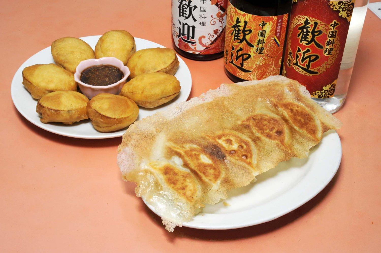 羽根付き焼き餃子は5個300円。ふっくらと揚がった揚げ茄子餃子7個960円も人気がある。