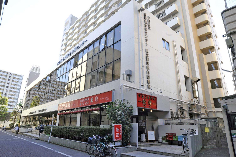 公共施設の1階という立地。周辺にはオフィスも多く、客にはビジネスマンの姿が目立つ。