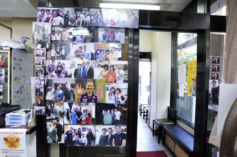 マスコミにもよく取り上げられるだけに、店内には訪れた芸能人の写真がいっぱい。