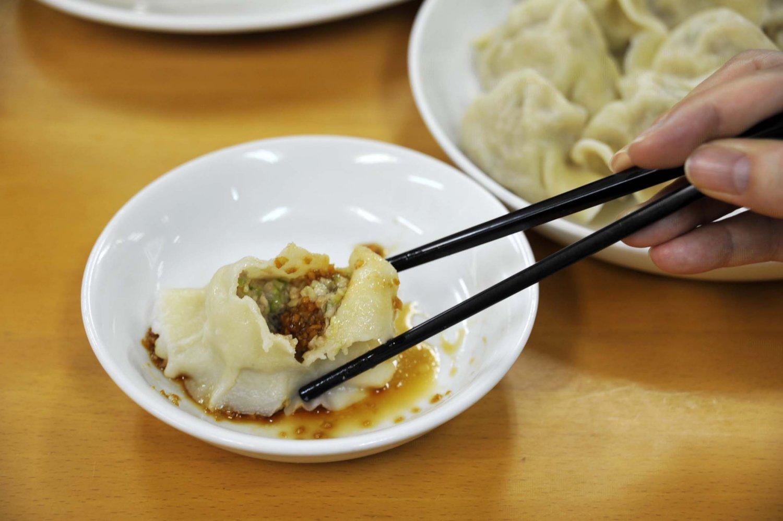 水餃子は、ニンニクの香りが食欲を誘う特製タレにつけて味わう。
