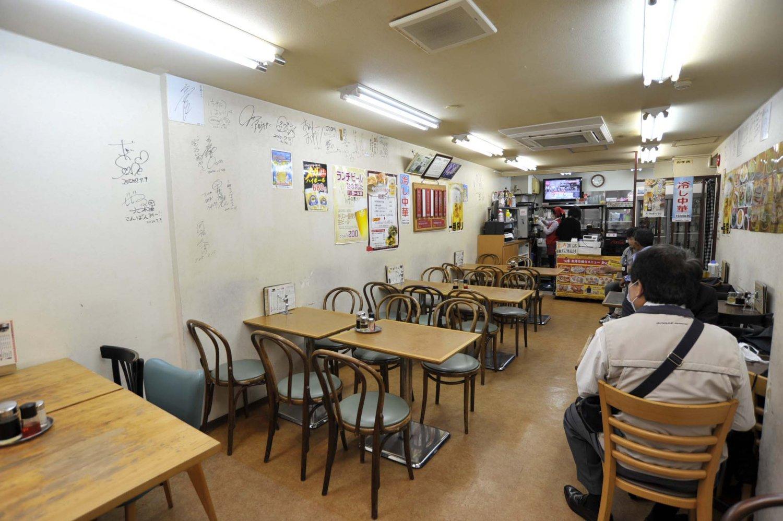 京急蒲田駅から続くアーケードに面した1階は気軽な食堂。ビルの横階段から上る2階は広く、個室もあるのでグループ利用に最適。