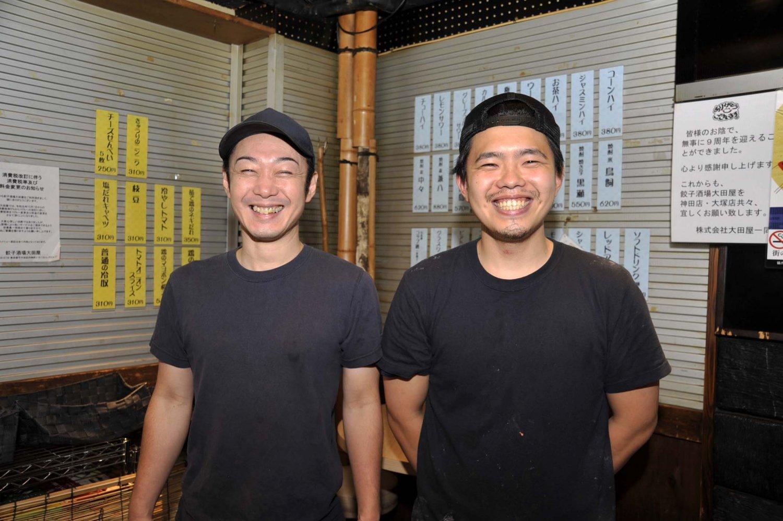 店主の大田陽介さん(左)と店の中心スタッフである小林幸平さん。若いスタッフが中心なので活気がある。