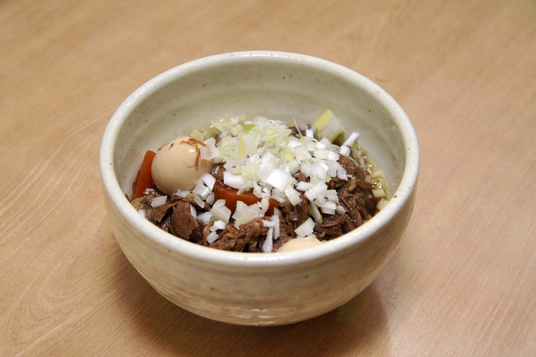 牛スジ煮込み640円。牛スジを5~6時間煮て、脂を落としているので、意外なほどあっさりしている。