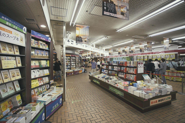 1階には各フロア担当者が選んだ「神保町セレクション」の棚がある。中央平台にはサイン本も。