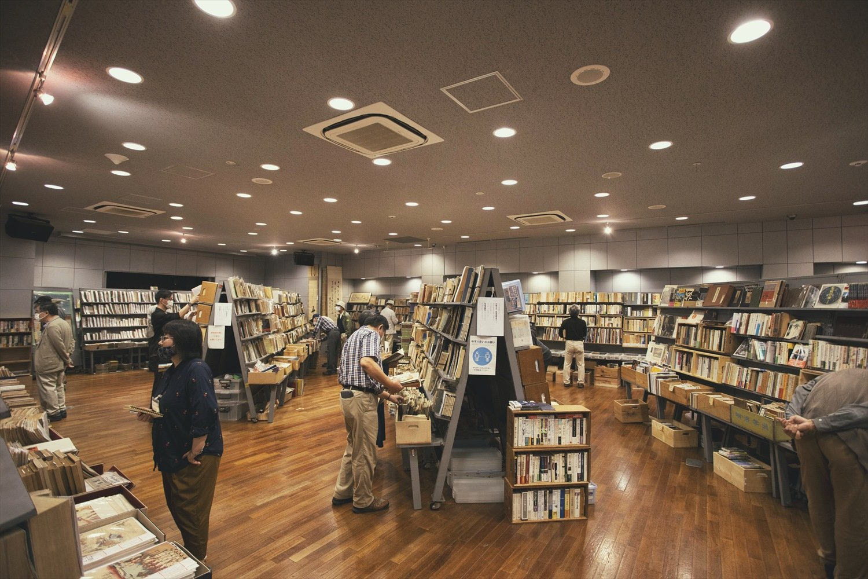 地下1階では、ほぼ毎金・土曜に誰でも購入できる古書即売展が開かれている。主催する会によって出品の傾向が違う。