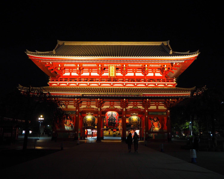 浅草寺は毎日23時ごろまでライトアップされる。