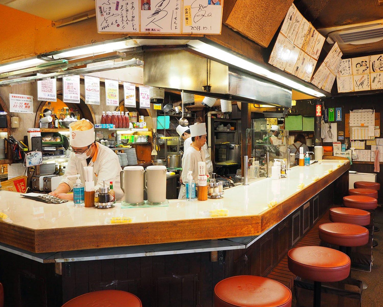 厨房はオープンキッチンになっていて、カウンター席からはコックの姿が見える。