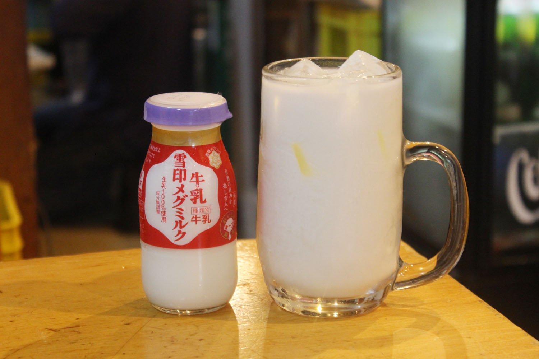 牛乳ハイ420円。朝からグイッといきたくなる見た目だ。
