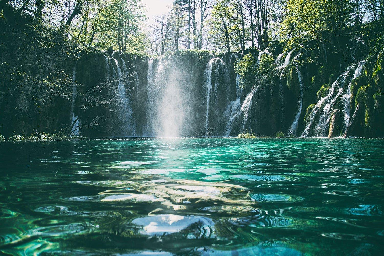 休憩中に筆者の頭のなかに浮かんでいたイメージ。水風呂の滝の音が得も言われぬ快感へと誘ってくれる。(Photo by Jonatan Pie on Unsplash)