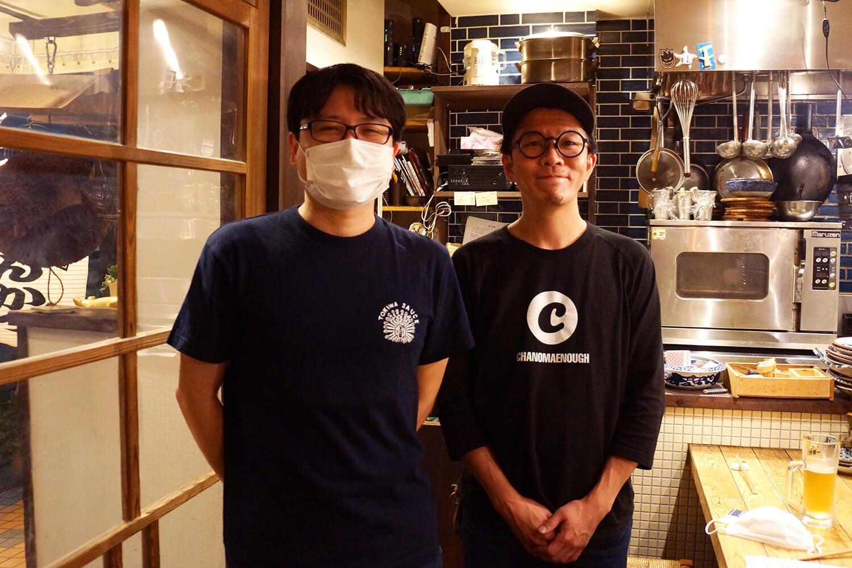 店主の濱中佳郎さん(右)と。スタッフや常連からは「チャーリーさん」で通っている。