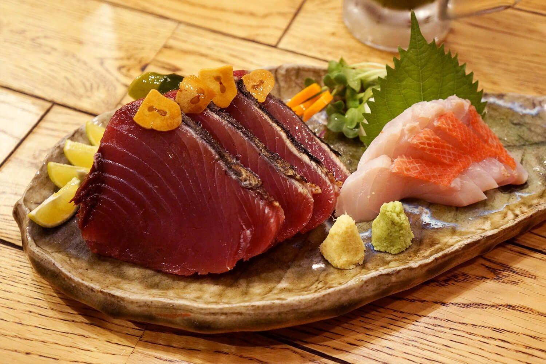 「カツオ塩タタキ」と「きんめ」を合い盛りで。合わせて850円と良心的。