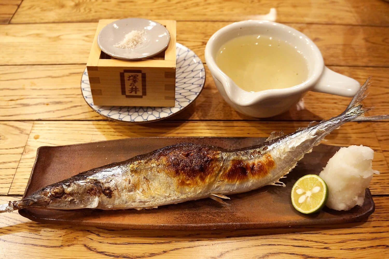 秋刀魚一本焼800円。澤乃井たる酒600円。