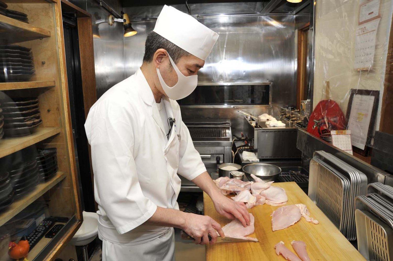 食鳥処理免許を持つ相原さんは、「鶏肉は鮮度が命」と話す。だから、調理は、注文を受けてから鶏を捌くところから始まる。