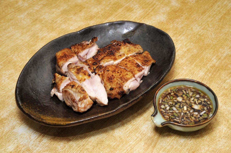 ももたたき1200円。かぶりつけば、香ばしい皮が鼻をくすぐり、口の中で弾力ある身から肉汁が染み出てくる。