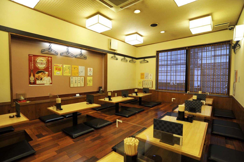 2階は板張りの座敷で、掘りごたつ式のテーブル席となっている。