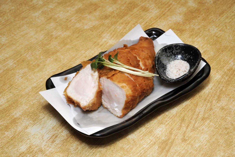 ほんのりしたピンク色を残したむね肉のから揚げ700円。から揚げは、もも700円、手羽先、軟骨各550円。