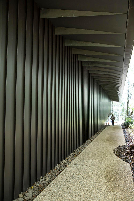 凹凸のある外壁面は、玉垣をイメージしている。宝物を守護する結界。