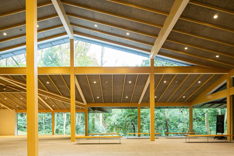 1階の建物を支える柱は、森の木々をイメージしている。館内が森のように感じる効果あり。